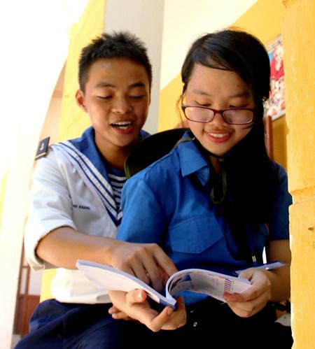 Cô nữ sinh viên Thiết kế nội thất đọc thơ với lính đảo. Ảnh: Nguyễn Duy.