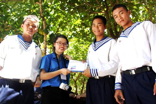 Ngọc tặng thơ cho các chiến sĩ trên đảo Sinh Tồn. Ảnh: Nguyễn Duy.
