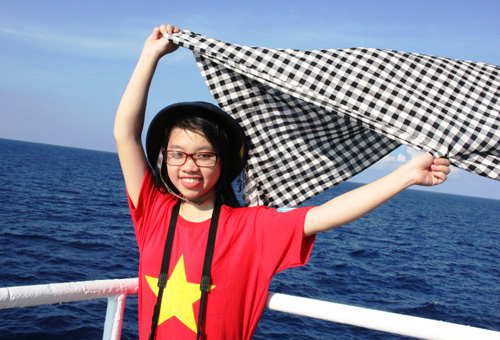 Nữ sinh viên sáng tác 150 bài thơ về Trường Sa trên tàu Hải quân ra Trường Sa. Ảnh: Nguyễn Duy.