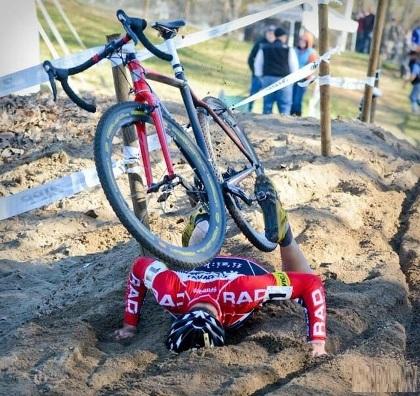 Khoảnh khắc vừa ngã xuống đất thì bị xe đạp đè.