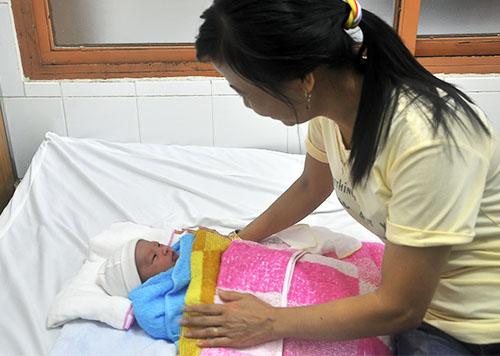 Chị Trần Thị Nguyệt muốn nhận bé trai làm con nuôi. Ảnh: N.X