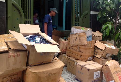 Hàng chục thùng bao bì, thực phẩm chức năng giả của công ty Bảo Khangbị cảnh sát thu giữ. Ảnh: C.A