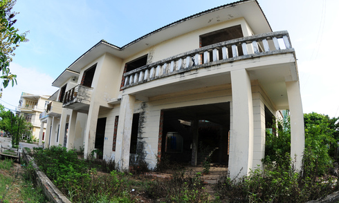 Biệt thự bỏ hoang trước nguy cơ thành 'nhà' của tội phạm