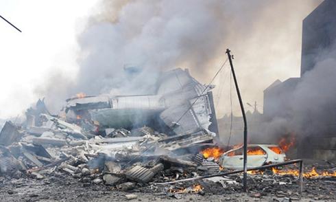 Máy bay quân sự Indonesia chở 113 người lao xuống khách sạn, vỡ tan