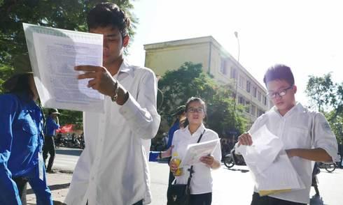Thí sinh đội nắng đến làm thủ tục dự thi THPT quốc gia
