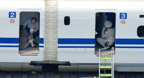 [Caption]ers are seen inside a Shinkansen bullet train after it made an emergency stop in Odawara, south of Tokyo