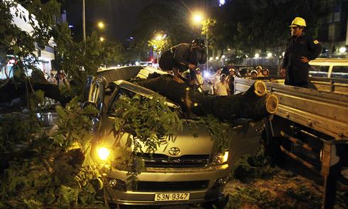 3 người bị thương trong cơn giông ở Sài Gòn