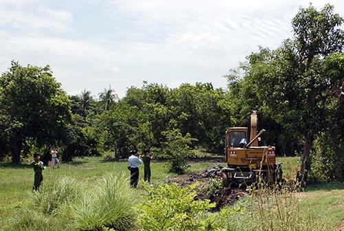 Cơ quan chức năng khai quật các hố chôn rác thải y tế. Ảnh: Mai Linh.