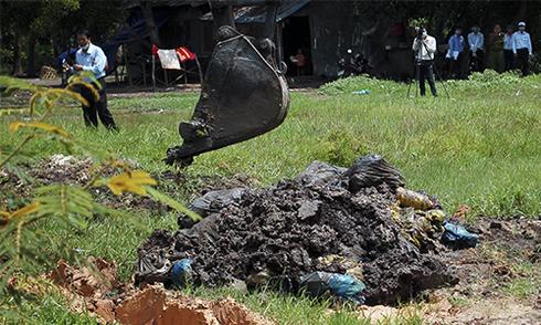 Bệnh viện chôn lậu hơn 60 tấn rác thải y tế