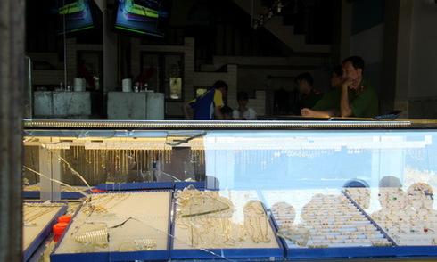 Nhiều người vây bắt kẻ nổ súng cướp tiệm vàng ven Sài Gòn