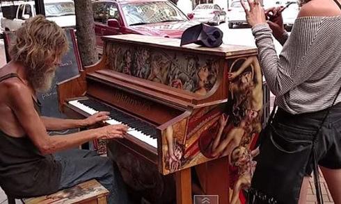 Người đàn ông vô gia cư chơi piano điêu luyện