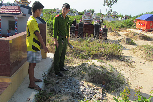 Nam thiếu niên 3 ngày liên tiếp đập bia mộ lấy sắt bán phế liệu
