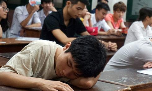 Sĩ tử lẫn phụ huynh kiệt sức vì nắng nóng suốt kỳ thi