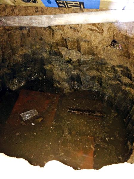 Hầm bí mật dưới gầm dưới của người mẹ già mà Nuôl ẩn trốn. Ảnh: C.A