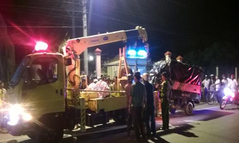 Cả gia đình tử nạn khi ôtô chở rau húc xe tải đông lạnh