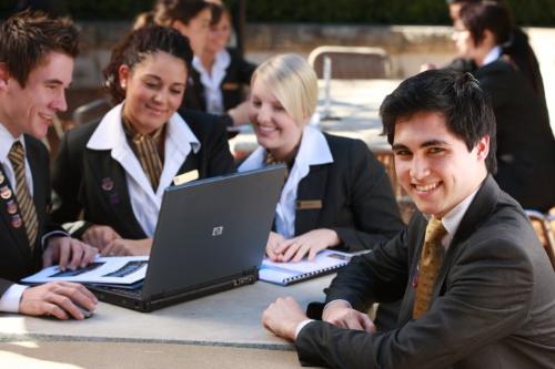 Cơ hội học và kiếm tiền với ngành khách sạn -