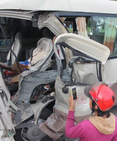 Phần bên trái của đầu xe khách bị bể toác sau cú va chạm mạnh. Ảnh: Hoàng Trường