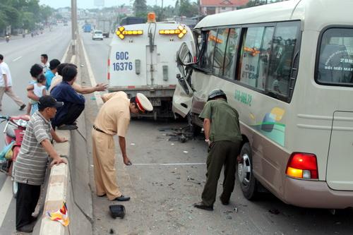 Hàng chục hành khách la hét thất thanh sau cú va chạm mạnh với xe hút bụi trên đường. Ảnh: Hoàng Trường