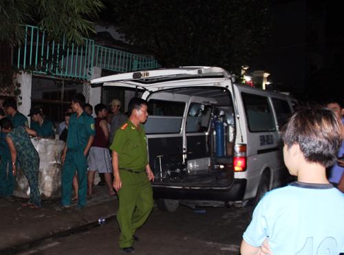 Đến gần nửa đêm thi thể bà Tư mới chuyển đi khỏi hiện trường phục vụ điều tra. Ảnh: Hải Thuận.