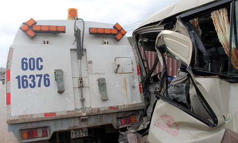 20 hành khách hoảng loạn khi ôtô tông xe công trình