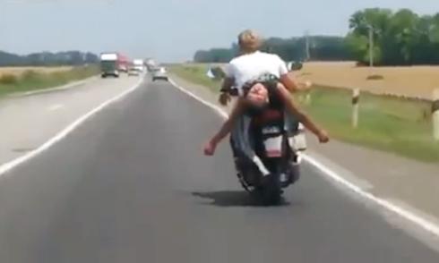 Nằm ngửa ngủ sau xe máy