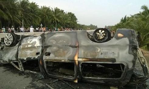 Xe cấp cứu lộn nhào, bốc cháy, 2 người tử vong