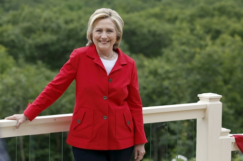 Former United States Secretary of State and Democratic candidate for president Hillary Clinton smiles during a campaign event in Glen, New Hampshire, July 4, 2015. REUTERS/Dominick Reuter