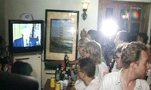 Rất đông người tập trung ở quán bar để theo dõi Tổng thống Bill Clinton nói rằng 'hôm nay tôi chính thức tuyên bố bình thường hóa quan hệ với Việt Nam