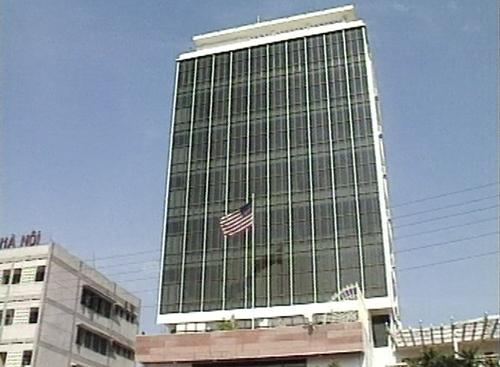 Lá cờ Mỹ được kéo lên tại văn phòng liên lạc ở Việt Nam, số 7 Láng Hạ, Hà Nội.
