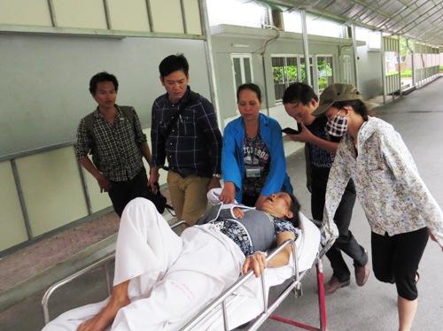 Một phụ nữ bị máy xúc chèn qua khi ngăn cản thi công
