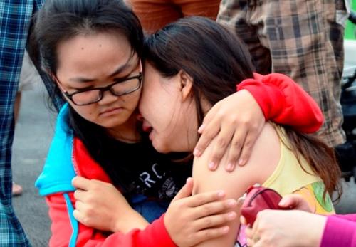 Các con cháu khóc ngất bên thi thể bà Hòe. Ảnh: Hải Thuận.