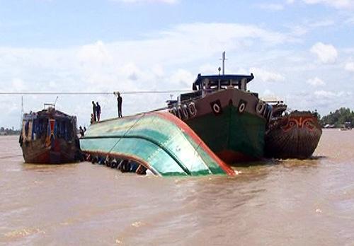 Chìm xà lan chở gạch giữa sông Tiền, 5 người thoát chết