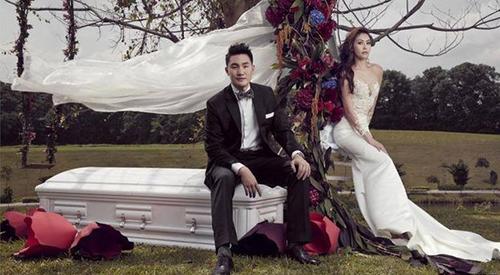 Chiếc quan tài trắng là hình ảnh chủ đạo trong bộ ảnh cưới củaJenny Tay và Darren Cheng