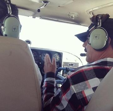 Trùm ma túy nói chuyện với phi công trong buồng lái, theo trangEl Blog del Narco. Ảnh: