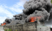 Cháy nổ kho sơn, khói bốc cao hàng trăm mét
