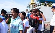 Hơn chục ngư dân bám thuyền thúng 40 giờ trên biển chờ cứu hộ