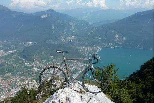 Mang theo cả chiếc xe đạp lên đỉnh núi.