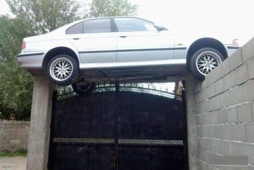 Không hiểu nổi chiếc xe này làm sao có thể bay lên cổng được.