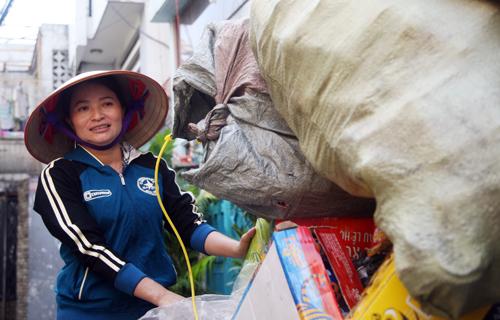 Chị Hồng tiếp tục công việc mua bán ve chai sau thời gian ở quê nhà.