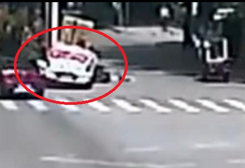 Tài xế nhảy ra khỏi xe, khiến chiếc xe không người lái gây tai nạn.