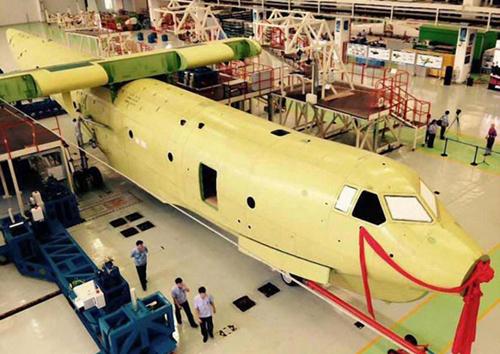 Thân của một thủy phi cơAG-600 được lắp ráp ở tỉnh Quảng Đông, Trung Quốc, hôm 17/7. Ảnh:China Daily/ANN