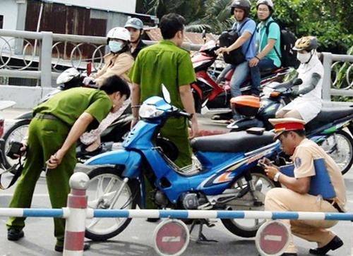 'Quái xế' tử nạn trên cầu ở Sài Gòn