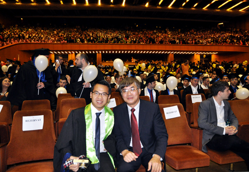 Đại sứ quán Việt Nam tại Romania chúc mừng Phúc trong lễ tốt nghiệp. Ảnh: Diễm Phạm.