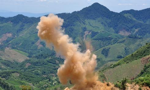 Công binh nổ mìn đánh sập hàng chục hầm vàng trái phép