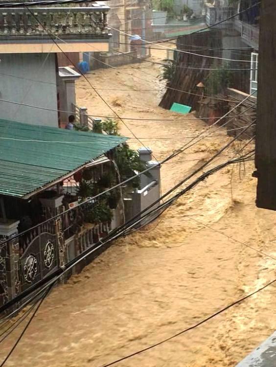 Quảng Ninh chìm trong nước, giao thông tê liệt