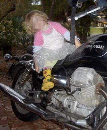 Bức ảnh một trong những đứa con của ông Maslinngồi trên chiếcmotor Guzzi California 1100