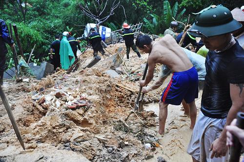 Hàng trăm người tìm kiếm người mất tích. Ảnh: Báo Quảng Ninh.