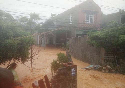 Nước ngập sâu đến nửa nhà dân ở Cẩm Phả. Ảnh: Giang Chinh.
