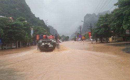 Xe quân sự của Quân khu 3 tới phường Quang Hanh, TP Cẩm Phả để đưa người dân đến nơi an toàn. Ảnh: Giang Chinh.
