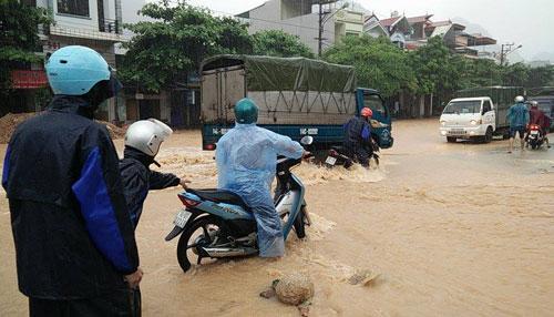 Ở Cẩm Phả, hiện tại mưa lớn khiến quốc lộ 18 ngập sâu. Ảnh: Giang Chinh.